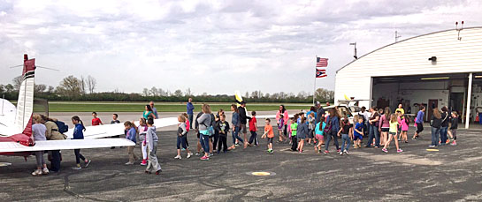 Lincolnview 2nd graders at airport 4-2017